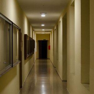 noche en el antiguo orfanato